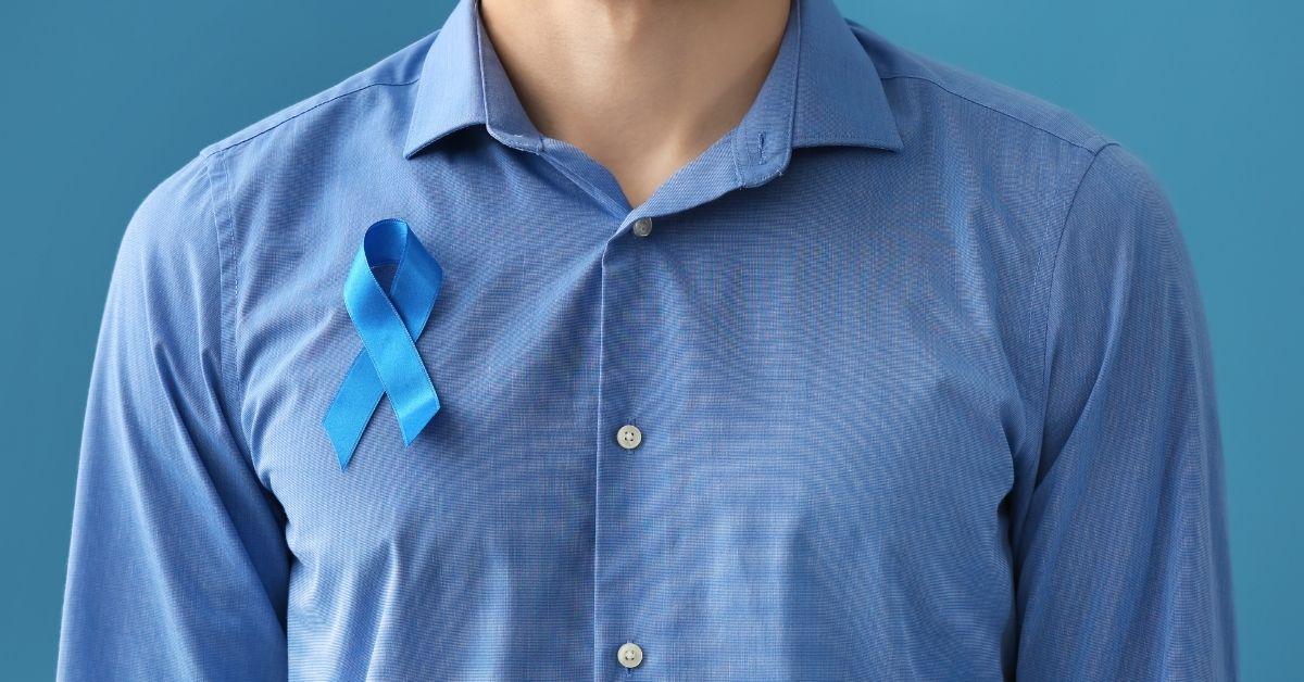 homem com símbolo da conscientização do novembro azul